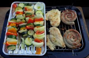Gemüsespieße und Hühnerbrustfilets vom Grill