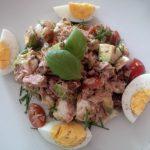 Thunfischsalat mit Ei, Avocado, Maronen und Tomaten