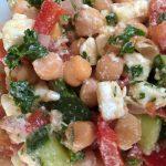 Salat mit Kichererbsen und Schafskäse
