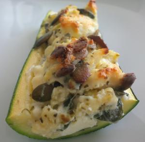 Überbackene Zucchini mit Schafskäse - halbiert