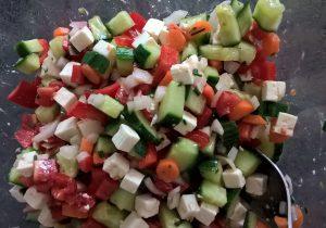 Salat Griechischer Art beim Anrühren