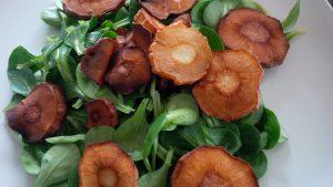 Feldsalat ohne Dressing mit Pastinakenchips