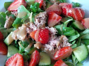Feldsalat mit Thunfisch und Erbeeren