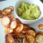 Petersilienwurzel-Chips mit Avocado-Dip