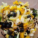 Mango-Heidelbeersalat mit Schafskäse und Zwiebeln
