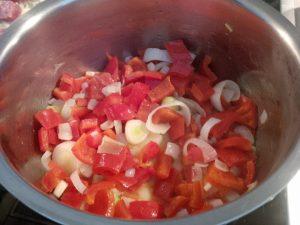 Paprikagemüse mit Zwiebel und Knoblauch anbraten