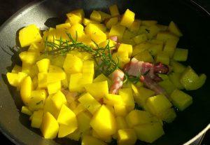 Bratkartoffeln mit Rosmarin und Wammerl braten