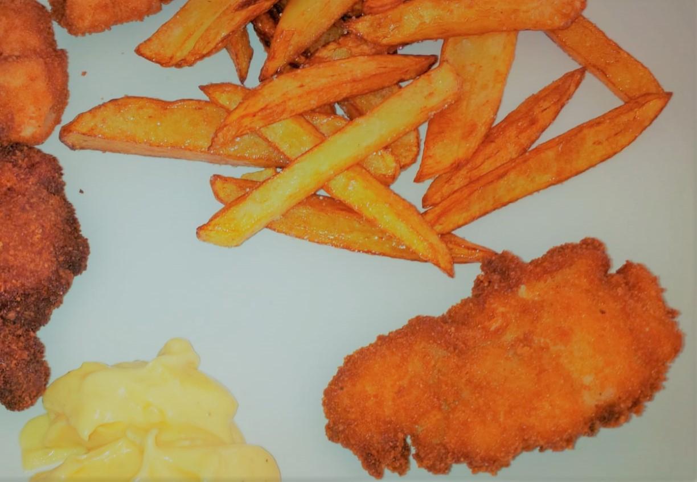 Chicken Nuggets mit Mayonnaise und Pommes Frites