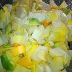 Chicorée, Avocado & Persimon klein geschnitten
