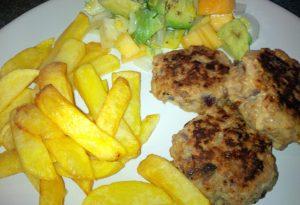Kalbfleischpfanzerln mit Pommes Frites und Salat