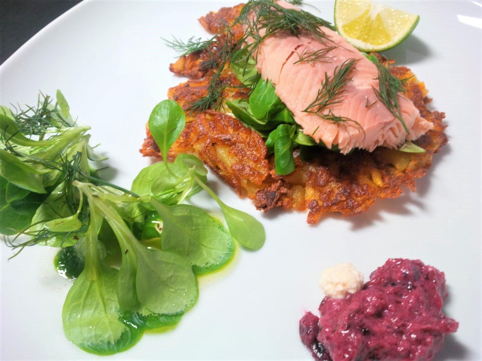 Räuchersaibling auf Feldsalat und Rösti