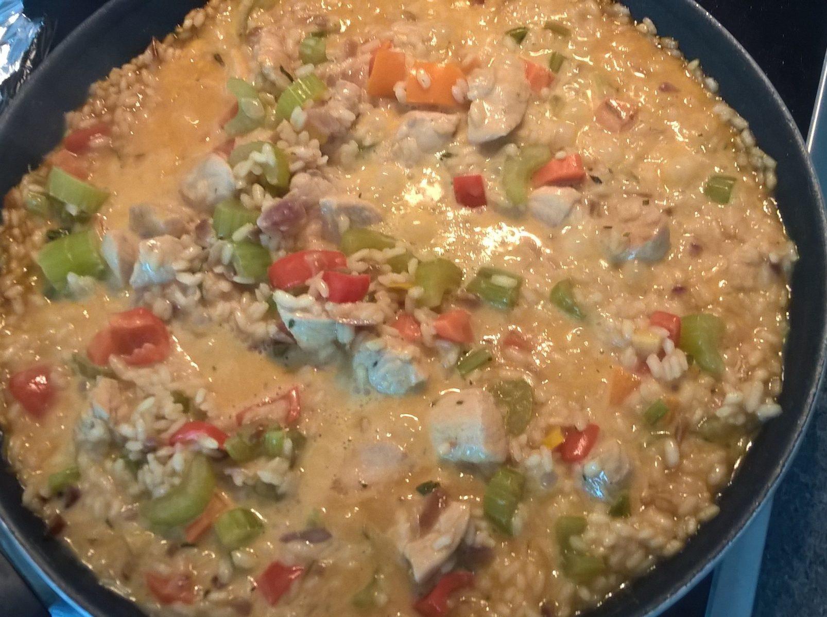 Hühnchen Paella in der Pfanne