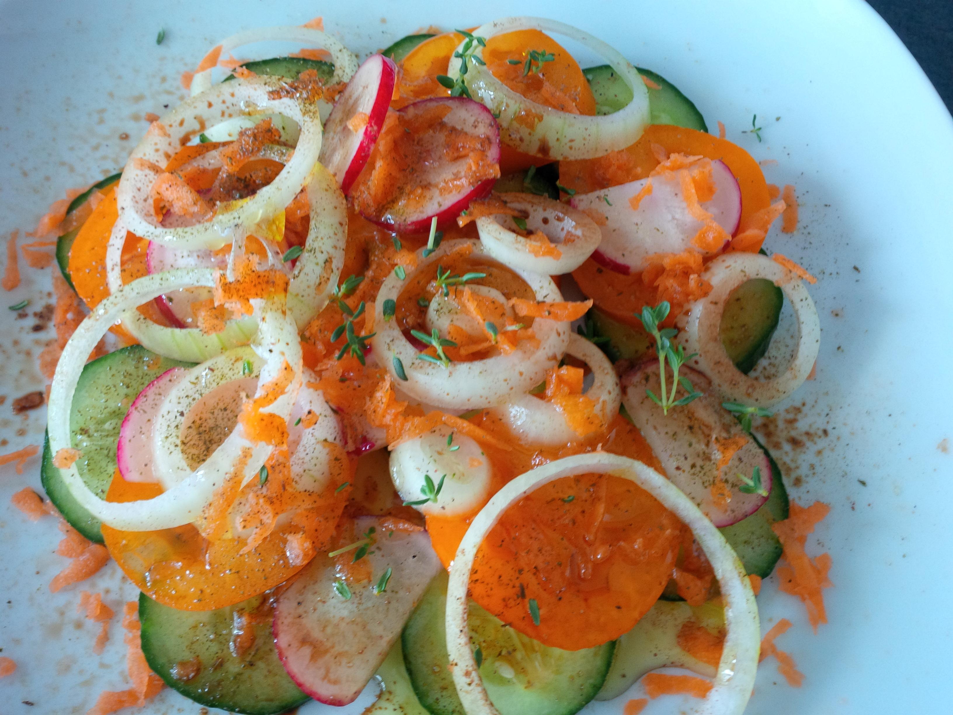 Gemischter Salat, bereits angemacht