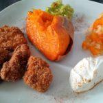 Süßkartoffel-Ofenkartoffel mit dreierlei Dips und Chicken Nuggets