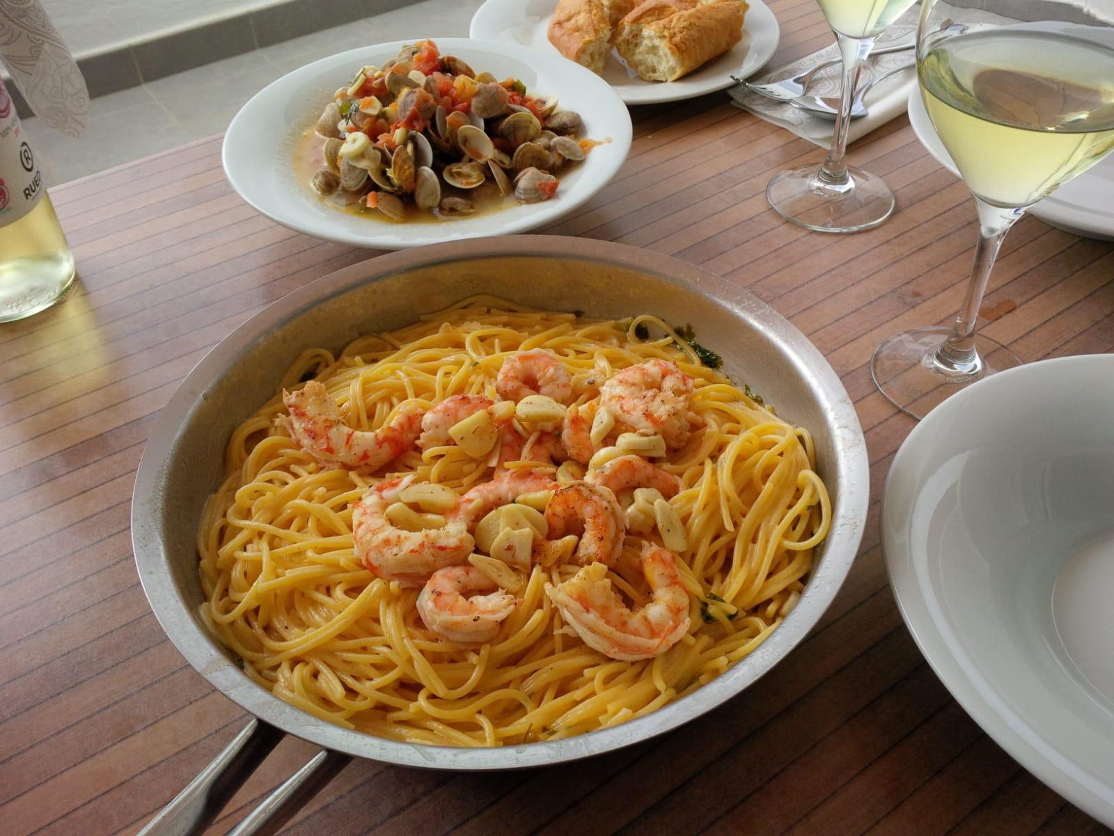 Spaghetti Gambas und gestreifte Venusmuscheln