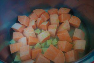Süßkartoffeln mit Ingwer, Knoblauch und Limettenabrieb vor dem Kochen