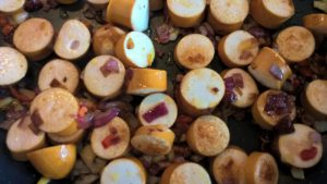 Würstchen mit Zwiebel und Chili anbraten