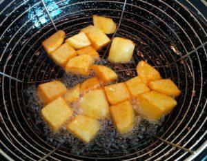 Patatas bravas in der Frittierpfanne