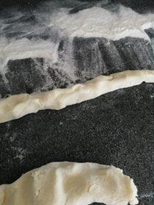 Stangen aus Gnocchiteig formen