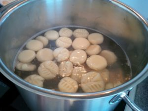 Fertige Gnocchi tauchen auf