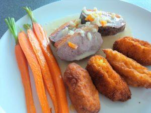 Entenbrustfilet mit Kroketten und Karottenspalten