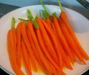 Karottenspalten aus der Pfanne