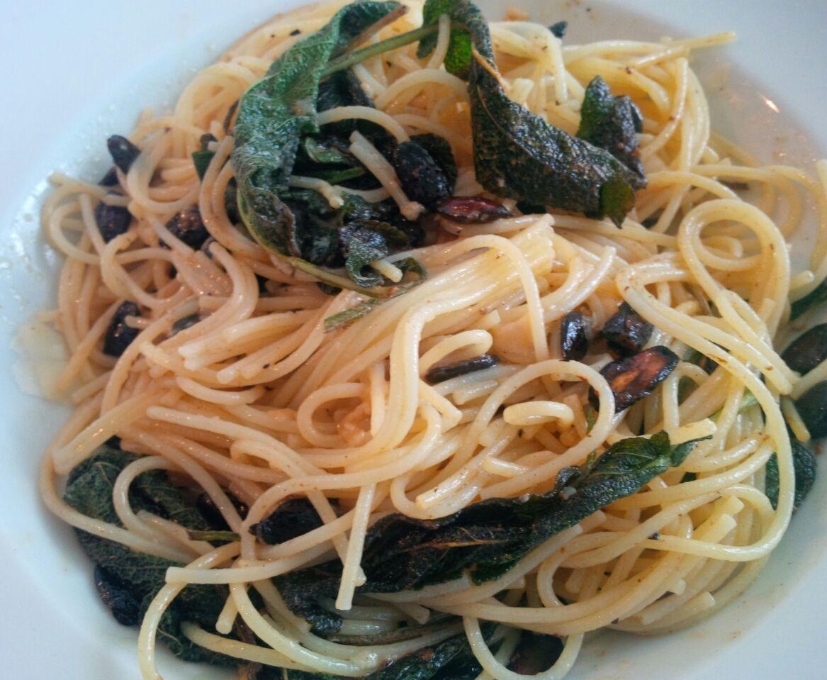 Knoblauch-Spaghetti mit frischem Salbei & Kürbiskernen
