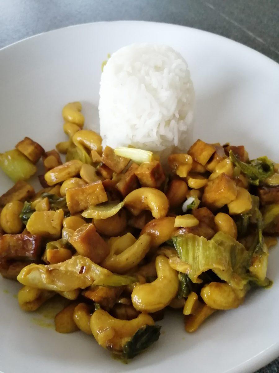 Pak Choi mit Tofu und Cashewnüssen